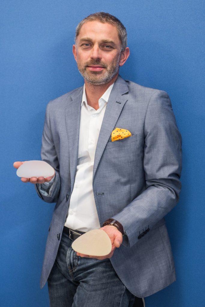 dr Jasnowski z implantami w rekach