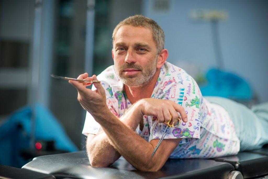 dr Jasnowski z nozyczkami na stole operacyjnym