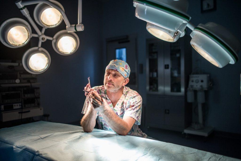 Przemyslaw Jasnowski siedzacy na sali operacyjnej
