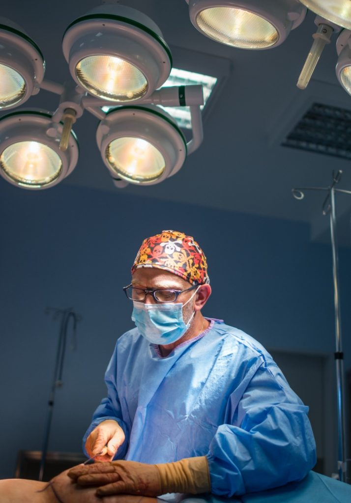 dr Jasnowski podczas zabiegu chirurgicznego