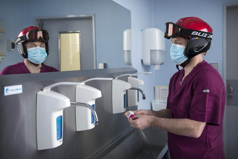 dr Jasnowski dezynfekuje rece przed zabiegiem