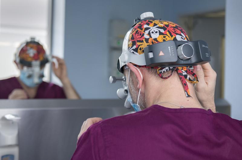 dr Jasnowski przed zabiegiem chirurgicznym