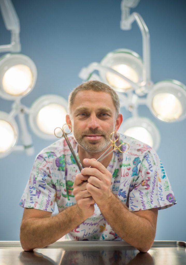 dr Jasnowski na sali operacyjnej